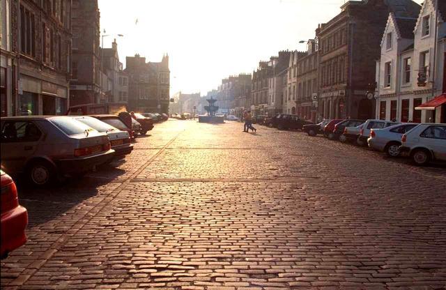 画像: 石畳も一部残る街のメインストリート。外観は中世を残し、どの店も中に入ると近代的