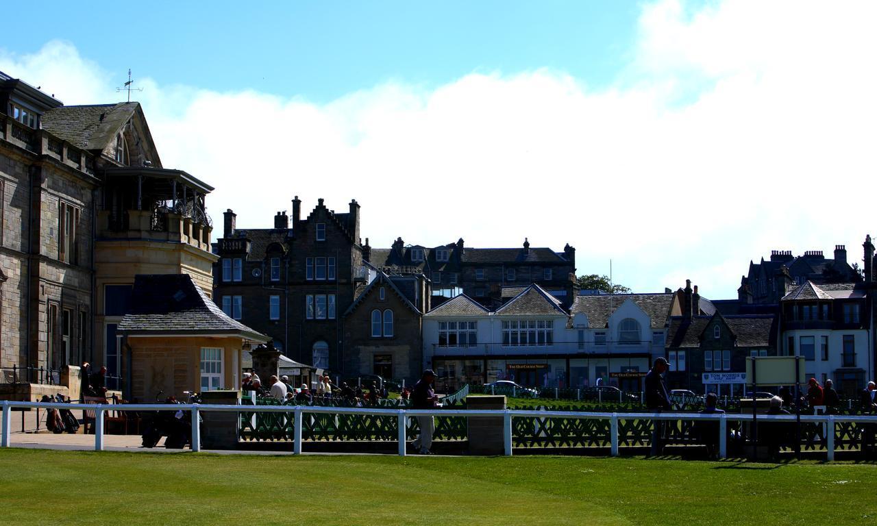 画像: オールドコースから街を眺める。左の建物が「R&A」。正面奥が「The Old Course Shop」