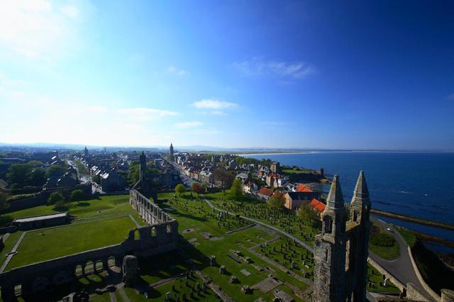 画像: 地図の上側(北)にある大聖堂から見た、セントアンドリュースの街