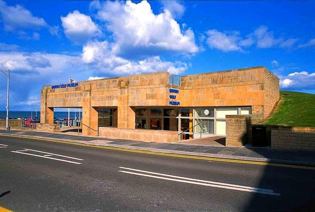 画像: オールドコースの1番ティ手前にあるのが総本山「R&A」。その裏手にある歴史ミュージアム