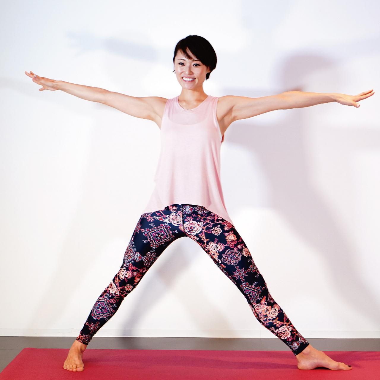 画像: 右手を高く上げ、左手は足の触れるところまで下ろす