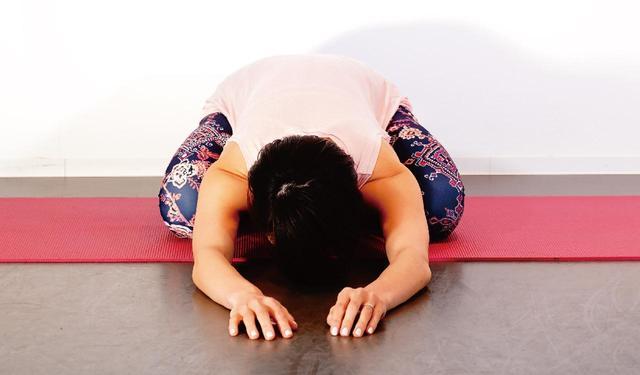 画像: 頭を下げ腰回りを伸ばす
