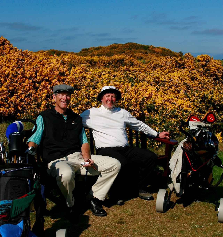 画像: オールドコースを回る地元ゴルファー。コースに自生する「ハリエニシダ」の前で!