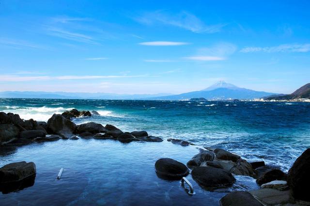 画像: 露天風呂から眺める富士山