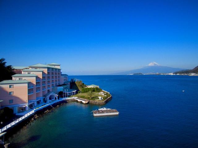 画像: 駿河湾に浮かぶ淡島の海沿いに建つ「淡島ホテル」