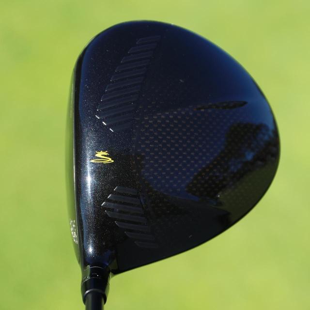 画像: ヘッド全体の角を取り除き、丸みをもたせることで空気抵抗を最小限にしたヘッド
