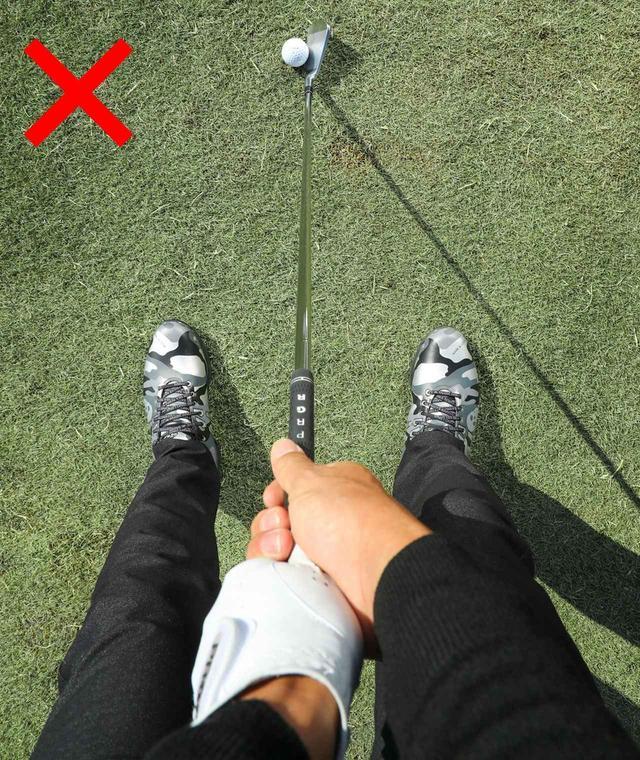 画像: 手が「真ん中」でボールを上から見ている
