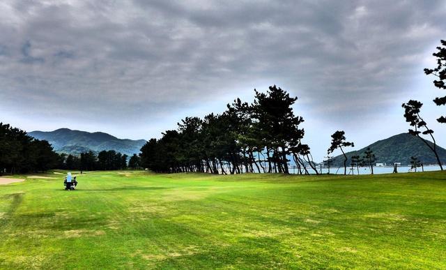 画像: 2番ホール/383㍎/パー4 右サイドは響灘の海と松林。海風を計算して右サイドに打ち出したい