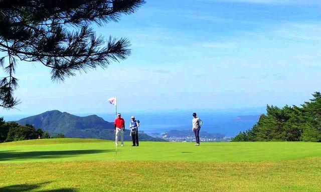 画像: 高台のグリーン上からは佐世保市街と九十九島の眺望が楽しめる