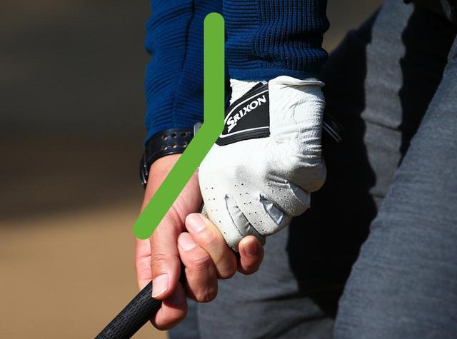 画像: 重心を下げるとハンドダウンになり、いつもより手首の角度が強くなる(最初の写真のB)