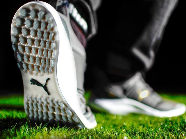 画像: 滑りやすい芝もしっかりホールド。耐久性にも優れプレーを足元からサポートしてくれる