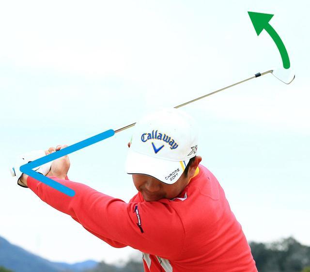 画像: 左腕が伸びた状態で体から離れたところから両手が下りてくると、左手首を親指側に折ったままクラブを下ろすことができる。すると、手首がほどけるタイミングが遅くなる