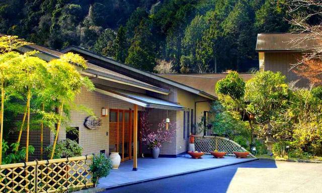 画像: 長泉山荘。長泉の山間にひっそりと隠れ家風の旅館です