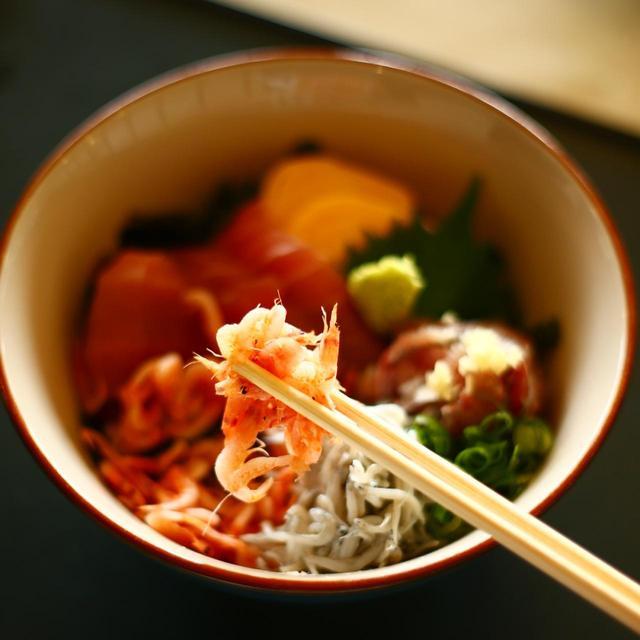 画像: 看板メニューの「沼津港海鮮丼」。マグロ、アジ、アマ揚げしらす、桜エビがたっぷり
