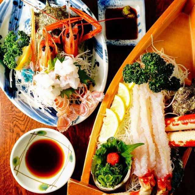 画像: 「お食事処かにや」を代表する「高足ガニの刺身」と「テナガエビの刺身」