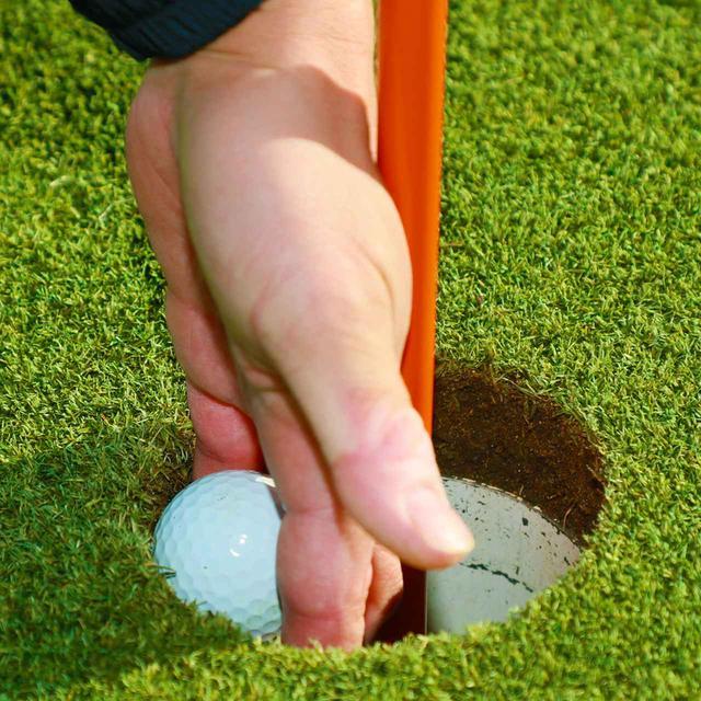 画像: ピンを差したままだとボールを拾い上げにくく、これもカップまわりの地面が凹む原因となる