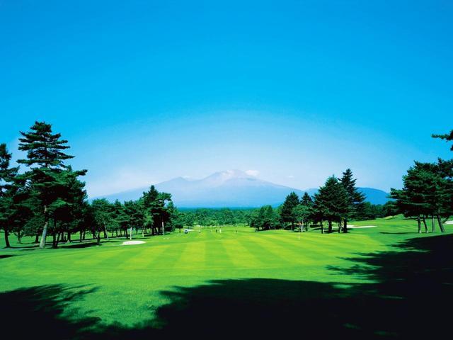 画像: 東コース(写真)はじめ、南コース、北コースも浅間山を借景に取り込んだホールがある