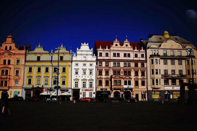 画像: 歴史的建造物が並ぶ共和国広場