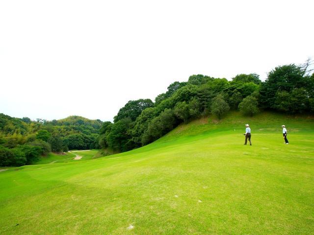 画像: 広島ゴルフ倶楽部 鈴が峰コース 7番ホール(390Y・P4) ダイナミックな傾斜の名物パー4