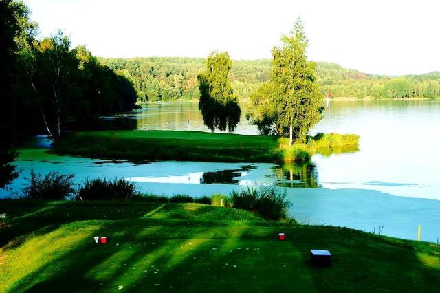 画像: 名物11番ホール、パー3のグリーンは、天然に池に浮かんだ島。風が強く、ゴルファーを一番悩ませるホールでもある