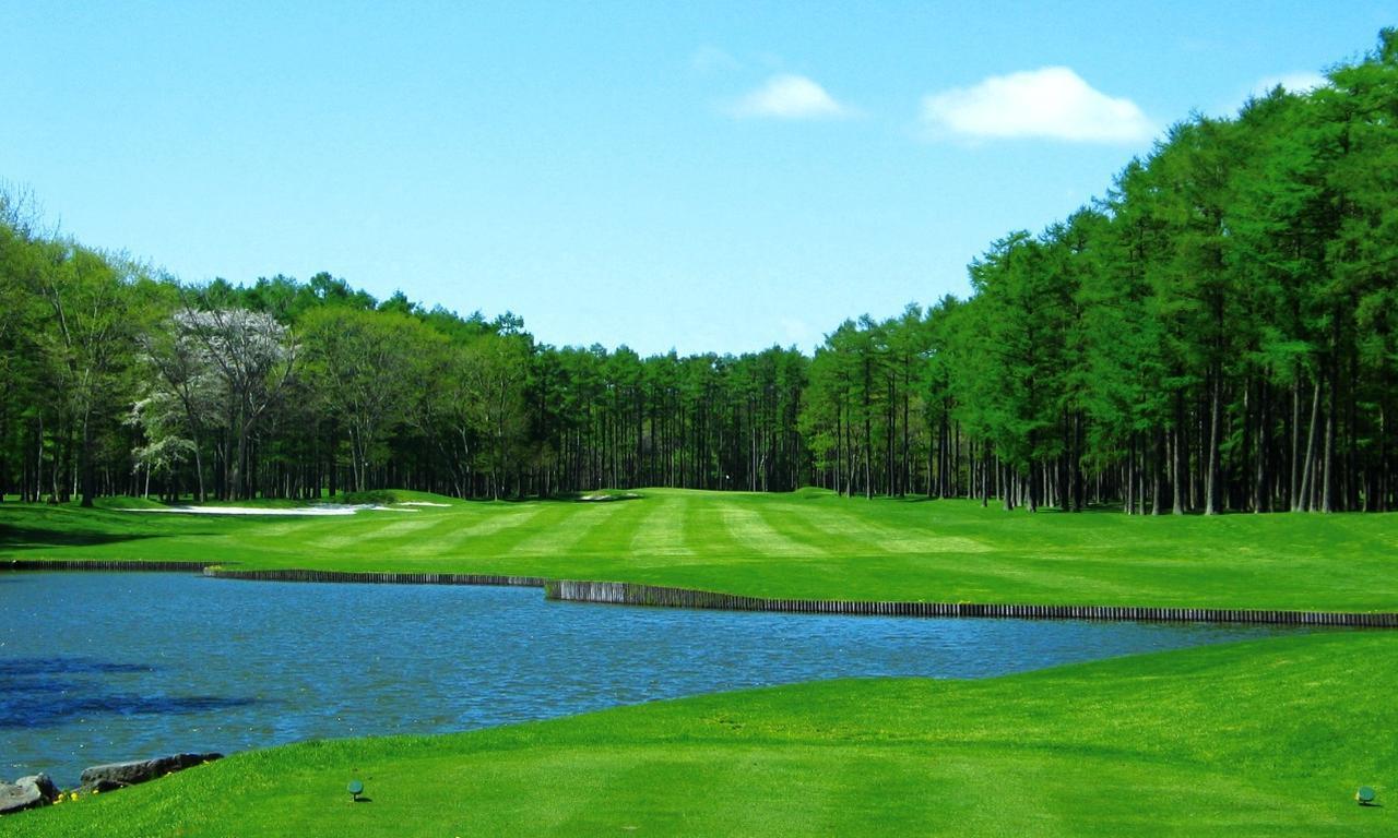 画像: 御前水ゴルフ倶楽部 11番(441Y)P4 池と原生林が美しい真っすぐなホール
