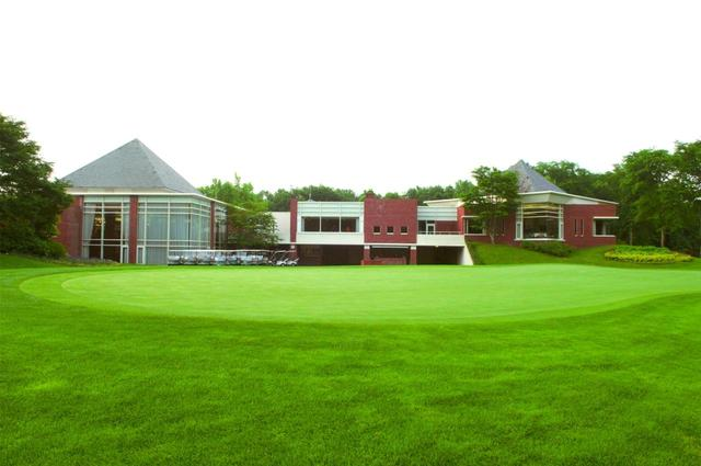 画像: クラブハウスと練習グリーン