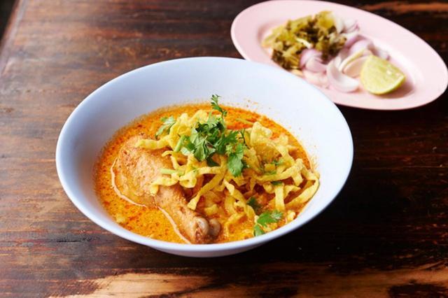 画像: タイ北部料理「カオソーイ」は、カレースパイスがたっぷり入ったココナッツミルクベースのスープに卵麺を合わせて食べる、タイ風カレーラーメン