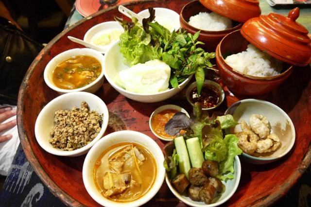 画像: 丸いお膳に並ぶ様々なおかずともち米を合わせて食べるタイ北部の郷土料理「カントーク」