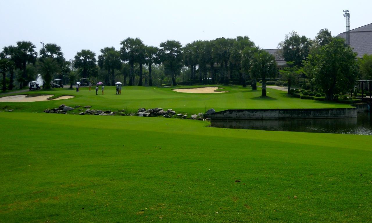 画像: スワンゴルフ9番(444Y・P4)2打目が池越えHC2のパー4