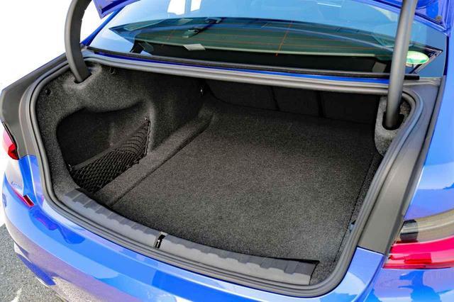 画像: キャディバッグは斜め置きのサイズ。2個は楽に入る