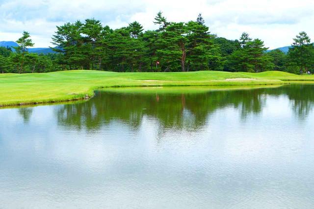 画像: 距離のあるパー5。グリーン右手前に大きな池があり、左から攻めて3打目勝負がセオリー
