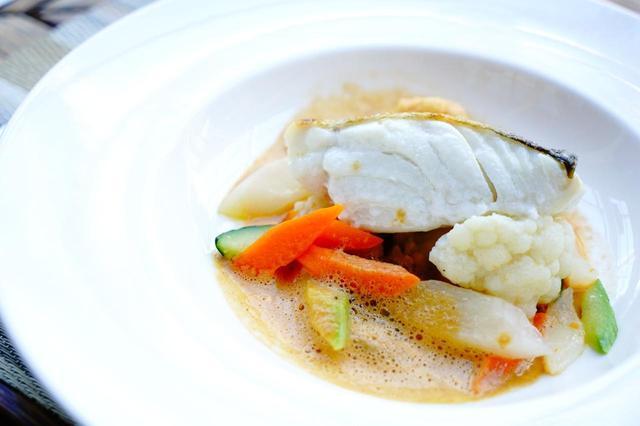 画像: 5つ星ホテルのコースは料理もハイクオリティ。地中海の白身魚と地の野菜