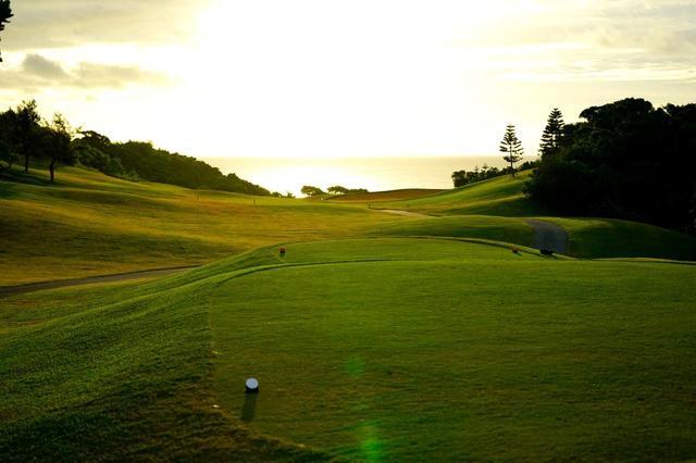 画像: シギラベイカントリークラブ(11番・375Y・P4)。海に向かって進む風景が気持ちいいホール