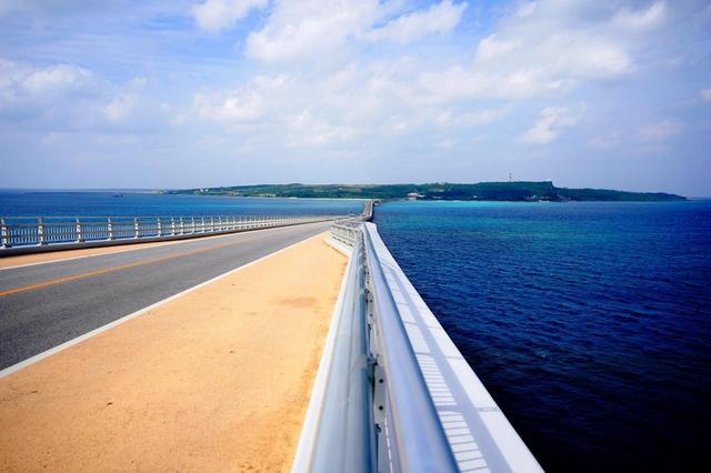 画像: 宮古島とサンゴ礁の島「伊良部島」をつなぐ「伊良部大橋」