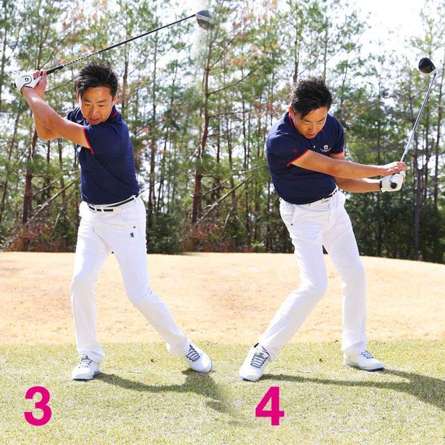 画像: ダウンで左足を戻して踏み込み、背中を丸めて体の左側へ振る
