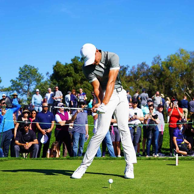 """画像3: 【キャメロン・チャンプ】背骨と腰の回転でクラブを下ろす。腕で調整するとプルフックに。飛ばし屋チャンプが""""飛ばし""""をレッスン"""