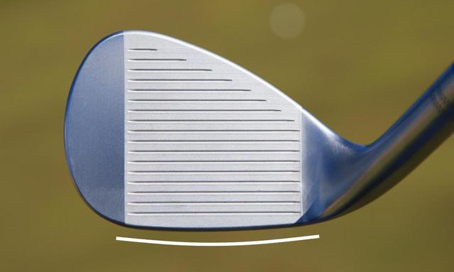 画像: リーディングエッジ(白線側)の削りを日本の芝に合わせて調整してあるのが「ボーケイ フォージド」の特徴のひとつ