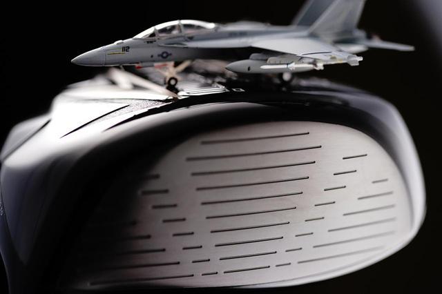 画像: 米軍戦闘機F-18のランディングギアに使われている超高強度合金の「スーパーアーメット鋼」をフェースに採用。一般的なチタンの2倍の強度を誇り、たわみ戻りも高い素材だ
