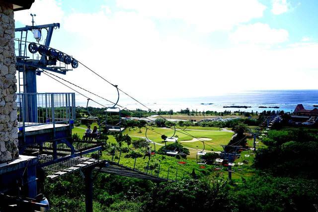 画像: 丘上から海へ伸びるペアリフト「ザ シギラリフト」。宮古の景色を一望する空中散歩