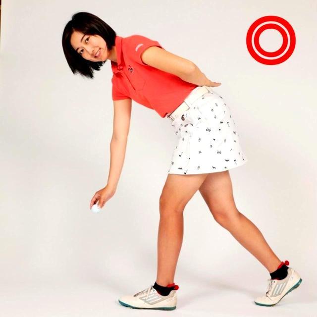 画像: 片足を一歩後ろに下げてやれば、腰への負担は少なくなり、ひざの曲がりも小さくできる