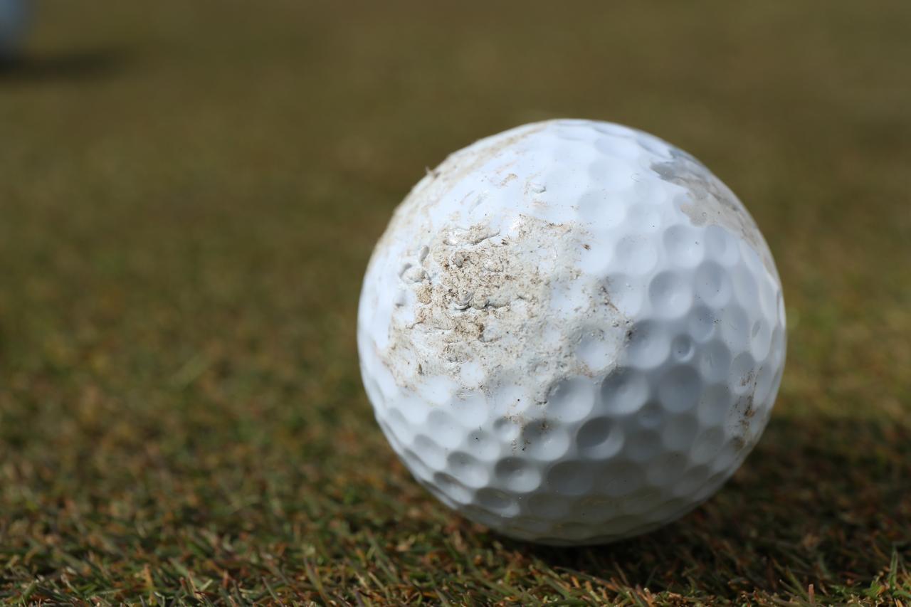 画像: スコア重視ならボールはこまめに交換しよう。最近のボールは表面に傷がつきにくくなっているが、衝突によって内部の構造に影響があることも考えられる。カート道で跳ねたり、パッティングで転がりが悪いと感じたら、表面の傷やささくれをチェックしよう。
