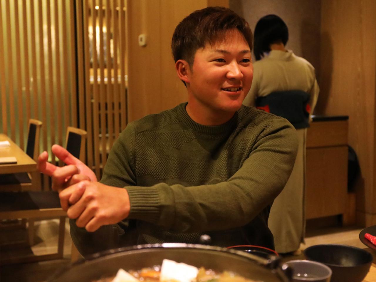 画像: コースから離れると26歳の青年に戻る。食事中にスウィングの話を向けると、雄弁に語り出す