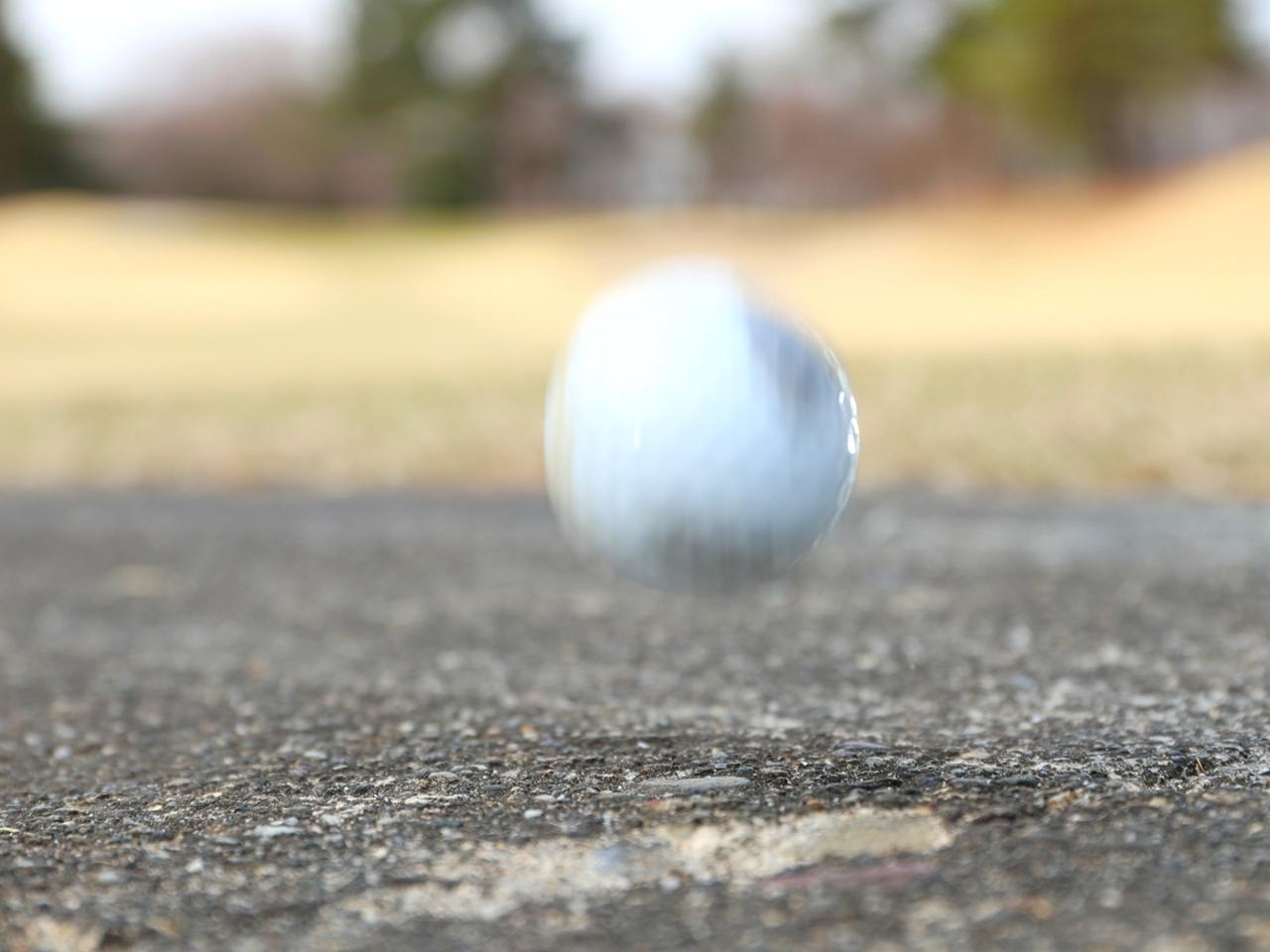 画像: カート道で跳ねるなどするとボールに小さな傷やささくれが出来てしまうことも