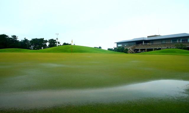 画像: 雨でグリーンが止まりやすくなるで、アプローチはオーバーを気にせずにしっかり突っ込んでいく