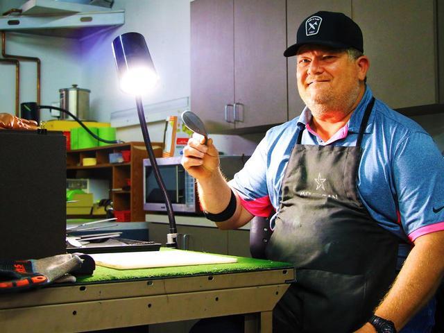 画像: マイク・テーラー ヘッド研磨士としてタイガーを裏で支え続けた職人。現在はアーティサンゴルフの共同代表を務めつつ、変わらずクラブを削り続ける