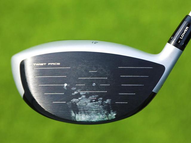 画像: ボールの打痕はフェースセンター上部。余計なスピンを減らして、ビッグキャリーを生み出している