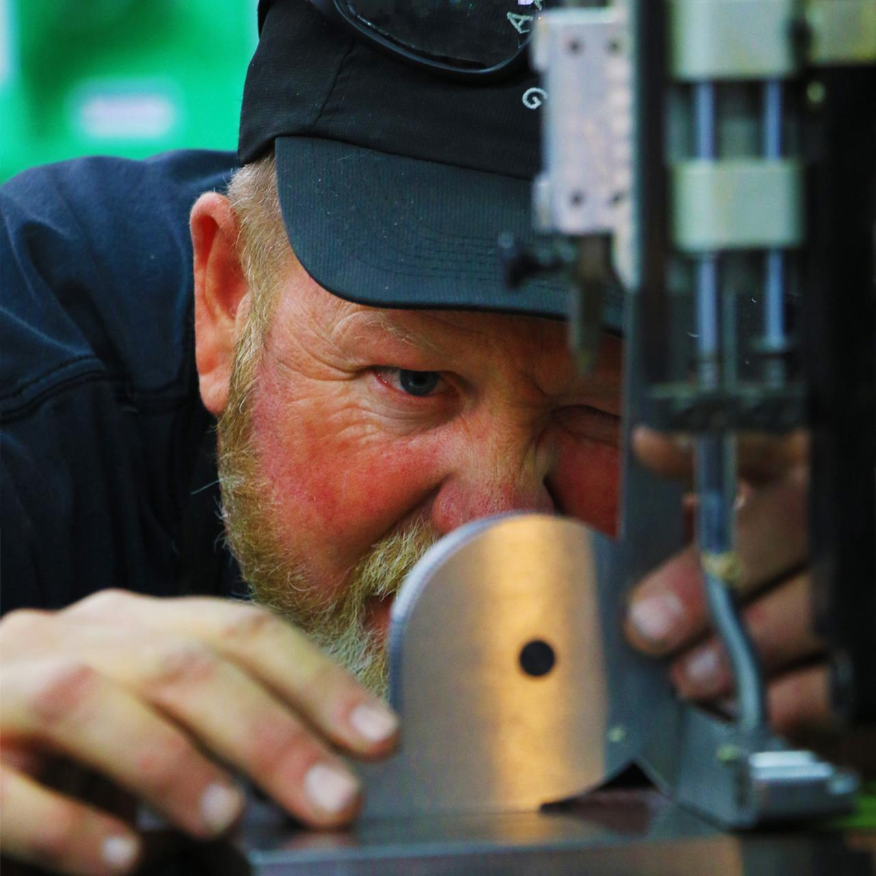 画像: アーティサンゴルフ共同経営者兼クラフトマン ジョン・ハットフィールド。ナイキ時代から、マイクとともに職人としてクラブを削り続ける。主にパター製造を担当する