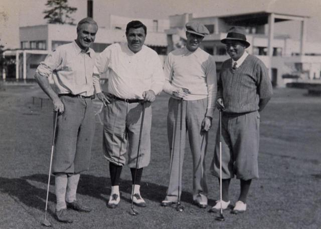 画像: 野球のベーブ・ルース(左2番目)と赤星四郎(右端)。四郎が設計した藤澤CCにて