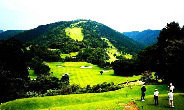 画像: 高低差100メートルの打ち下ろし、小田原城CC10番のパー4