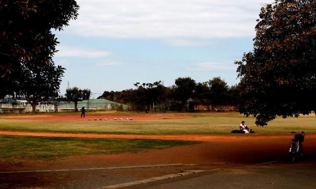 画像: 藤澤CCはGHQに接収された後、コースが復活することはなかった。現在は県立の運動場(上写真)